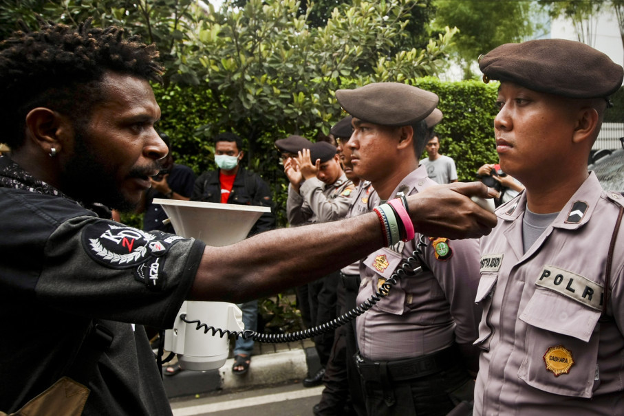 A demonstrator urges a police officer to give his opinion about the West Papuan independence movement. (JG Photo / Yudha Baskoro)