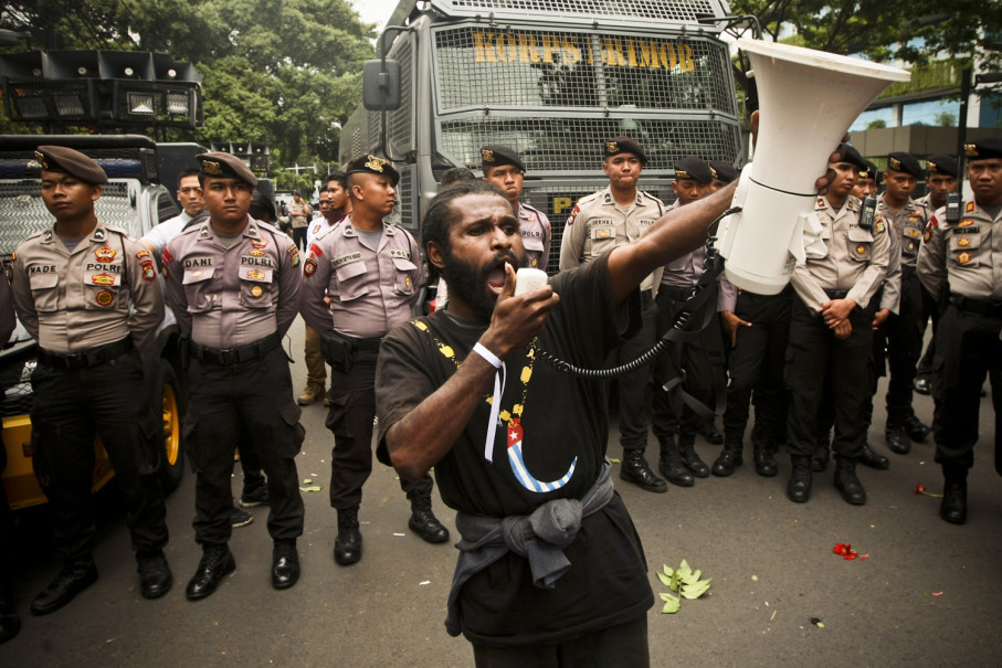 A demonstrator makes a speech about the 'illegal marriage' between Indonesia and West Papua. (JG Photo / Yudha Baskoro)
