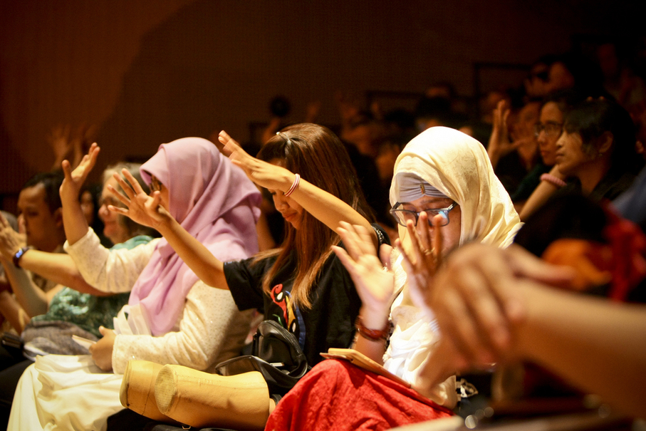 Audience gives a sign language applause. (JG Photo/Yudha Baskoro)