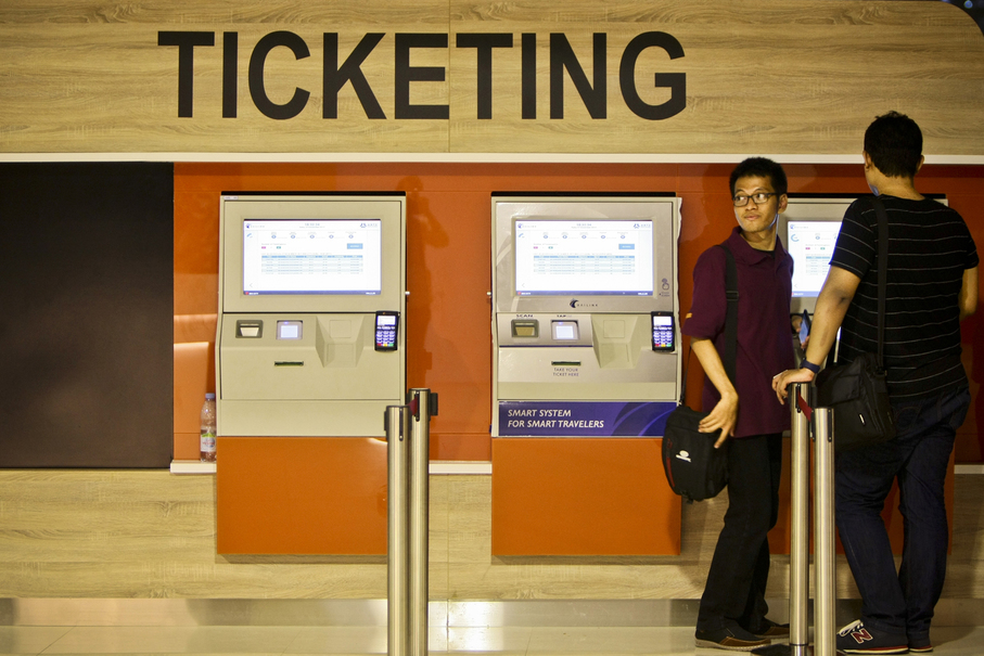 New automated ticket vending machines for the airport train at Sudirman Baru Station on Wednesday (27/12). (JG Photo/Yudha Baskoro)