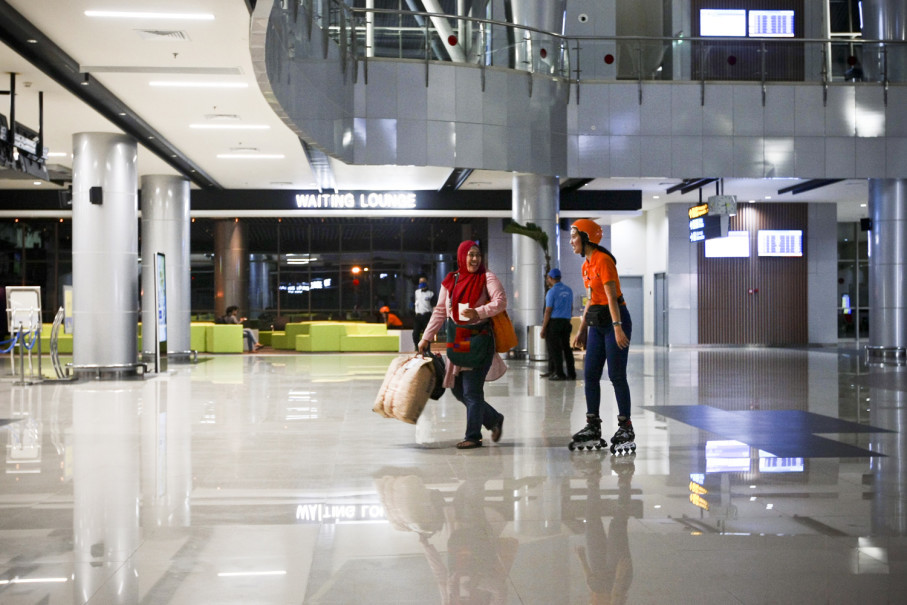 An airport train passenger asked for directions from a Soekarno-Hatta Airport customer service official who roams around the cavernous new airport on roller blades. (JG Photo/Yudha Baskoro)