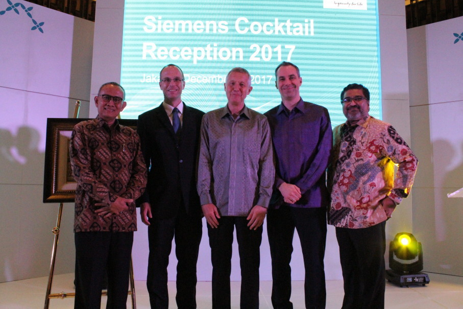 (From left) Agoes Triboesono, secretary to the directorate general of electricity at the Ministry of Energy and Mineral Resources, Hendrik Barkeling, deputry head of mission at the German Embassy to Indonesia, Josef Winter, Cedrik Neike, managing board member at Siemens Germany and Prakash Chandran, president director and chief executive at Siemens Indonesia