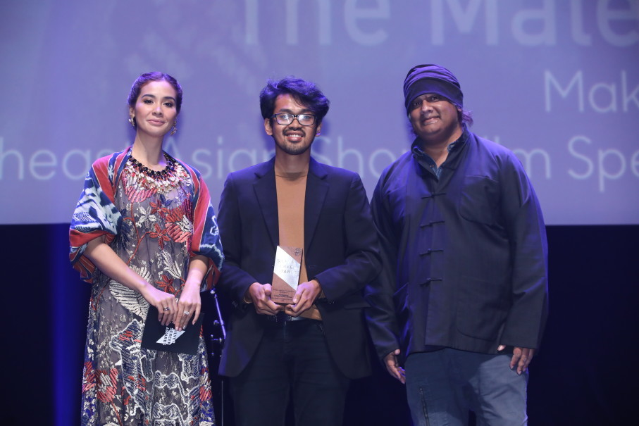 Makbul Mubarak, center, received the Special Mention award from actress Marsha Timothy and director K. Rajagopal. (Photo courtesy of Singapore International Film Festival)