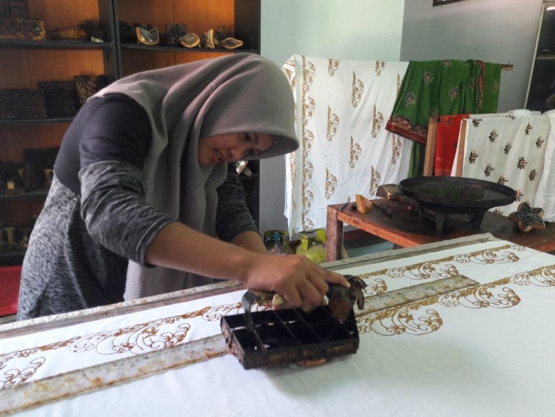 Before she joined Andalan Batik, Yani was only helping her mother with house chores. (JG Photo/Adinda Putri)