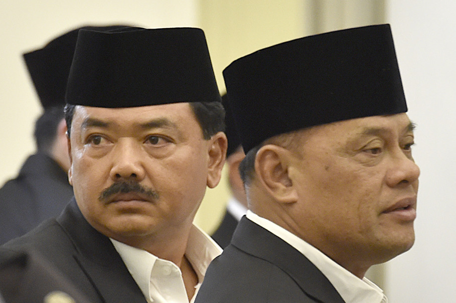 Air Marshall Hadi Tjahjanto, left, and former Indonesian Military chief Gen. Gatot Nurmantyo. (Antara Photo/Puspa Perwitasari)