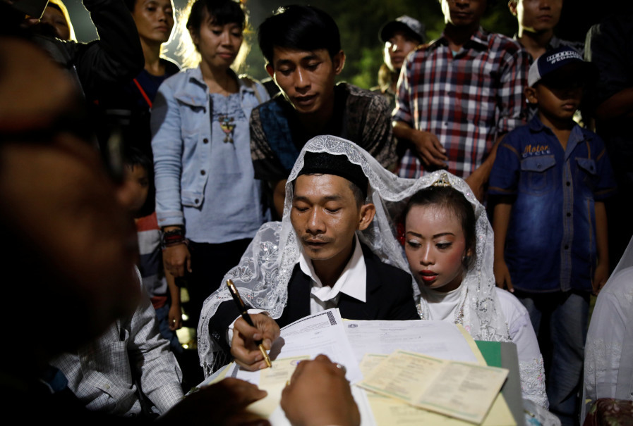 A couple participates in the mass wedding organized by the Jakarta provincial government. (Reuters Photo/Darren Whiteside)