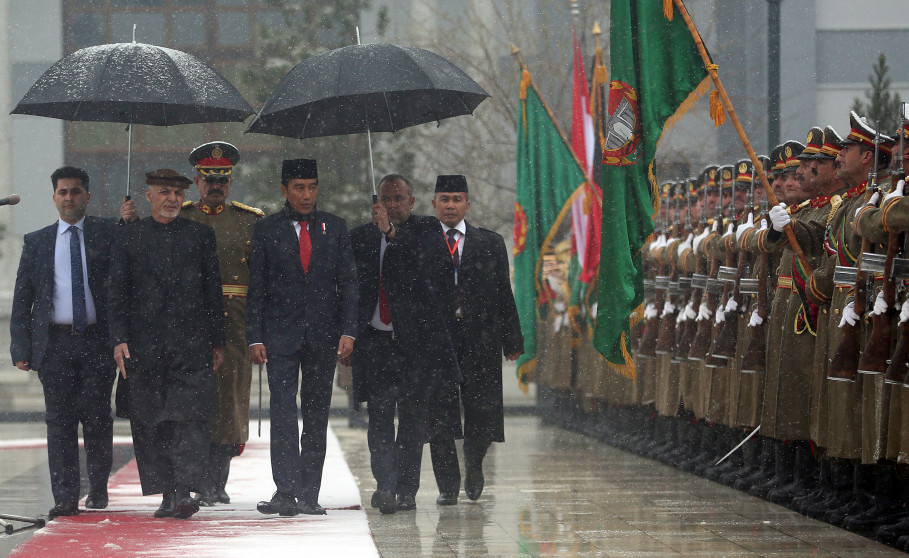 Afghan President Ashraf Ghani and Jokowi inspect the guard of honor at the presidential palace in Kabul. (Reuters Photo/Massoud Hossaini)