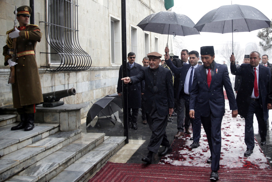 Ghani and Jokowi enter the presidential palace. (Reuters Photo/Massoud Hossaini)
