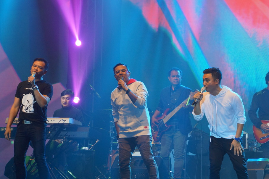 Kahitna's vocalists Hedi Yunus, Carlo Saba and Mario Ginanjar perform with pianist Yovie Widianto and bassist Dody Is. (JG Photo/Dhania Sarahtika)