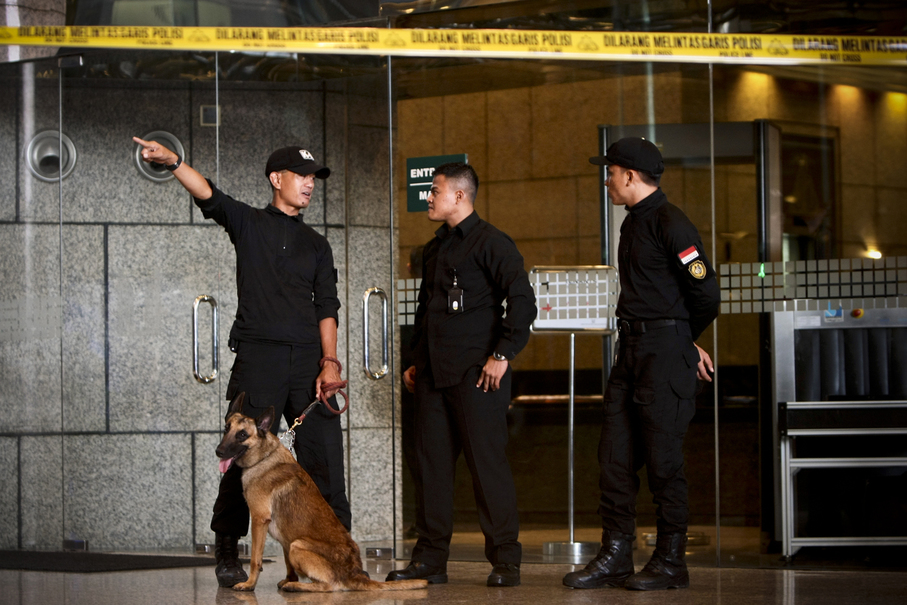 Members of the police's canine unit stand in front of the building entrance during the evacuation. (JG Photo/Yudha Baskoro)