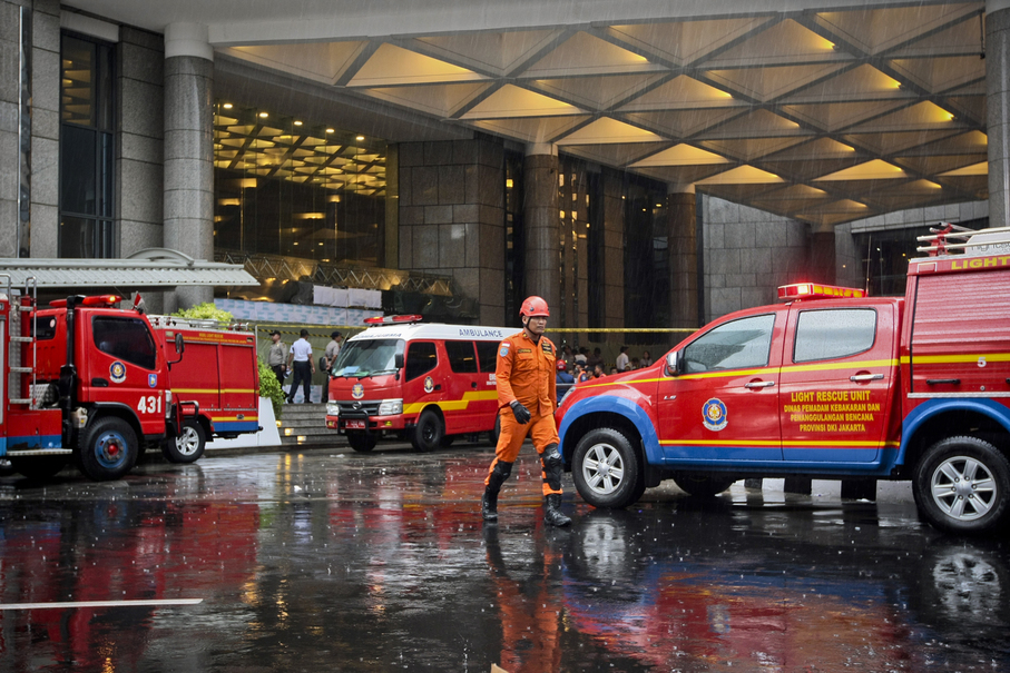 Emergency personnel participate in the evacuation of Tower 2 of the Indonesia Stock Exchange building. (JG Photo/Yudha Baskoro)