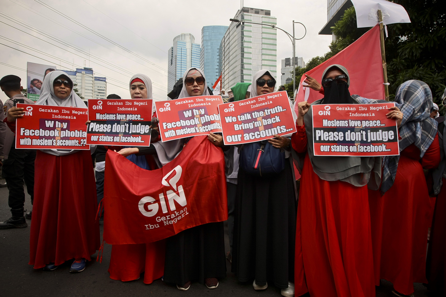 Members of an Islamic women's organization participate in the protest action. (JG Photo/Yudha Baskoro)