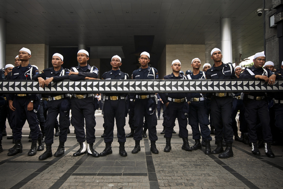 Private security personnel wear Muslim headgear in solidarity with the protestors. (JG Photo/Yudha Baskoro)