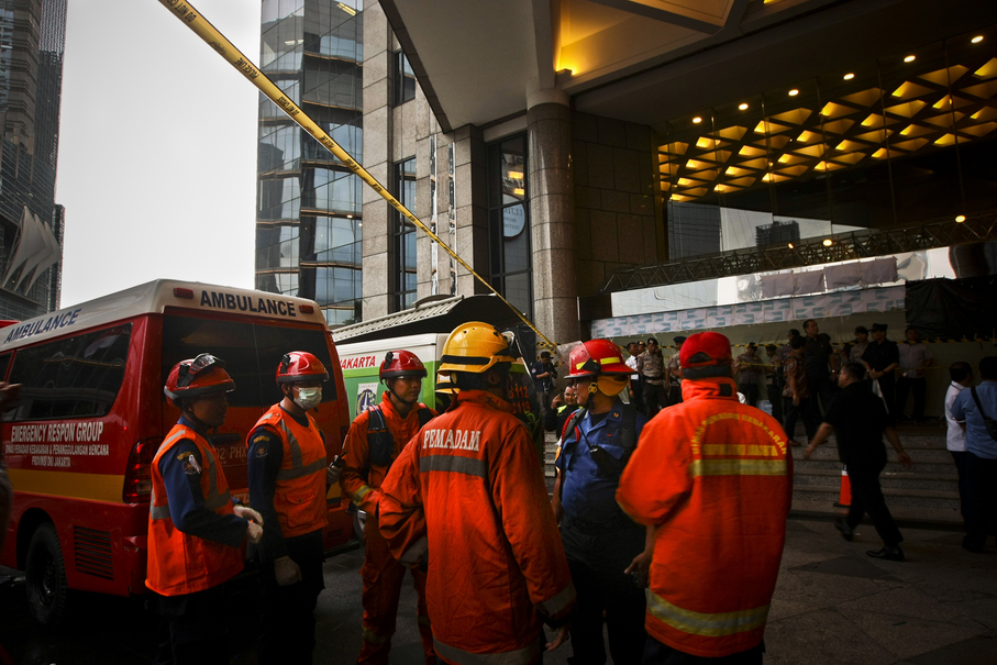 The cause of the incident is still unknown, but there is speculation that the mezzanine floor in Tower 2 may have been overloaded. (JG Photo/Yudha Baskoro)