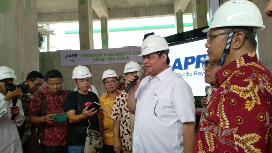 Industry Minister Airlangga Hartarto speaks during his visit to Asia Pacific Rayon's factory in Riau on Sunday. (Photo courtesy of APRIL)