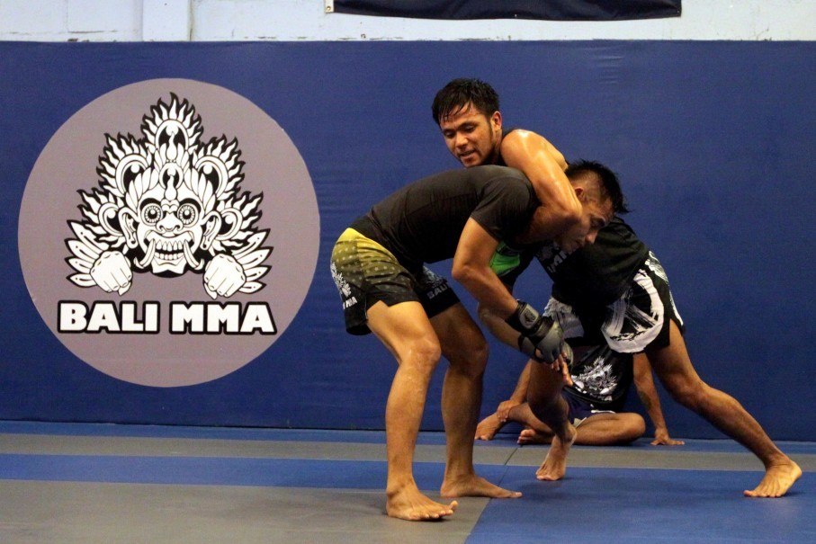 Stefer Rahardian and teammate Riski Umar at Bali MMA training camp on Thursday (11/01). (JG Photo/Eko Prasetyo)