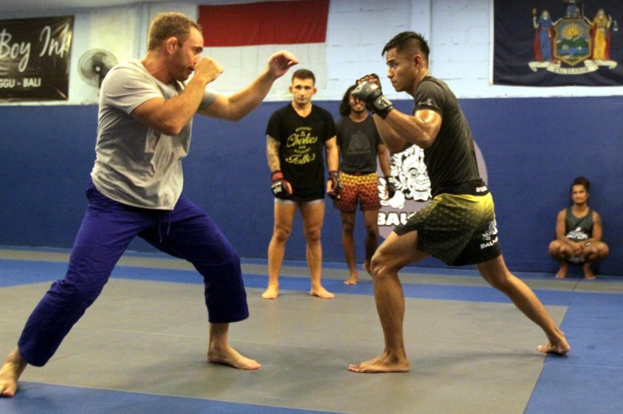 Stefer Rahardian practices Brazilian Jiu-Jitsu techniques at a team training camp in Bali on Thursday (11/01). (JG Photo/Eko Prasetyo)