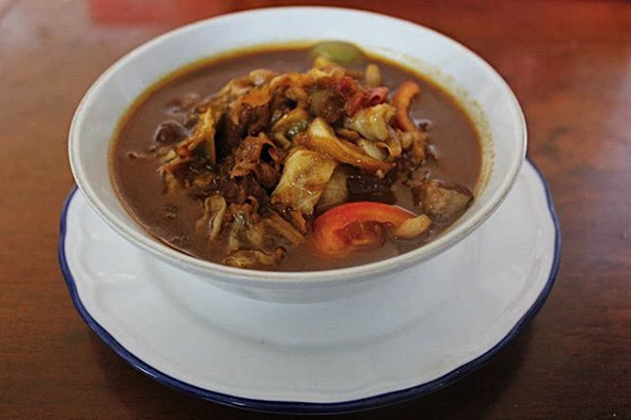 A bowl of tongseng at Sate Pak Budi's stall in East Jakarta. (Photo courtesy of Sate Pak Budi)
