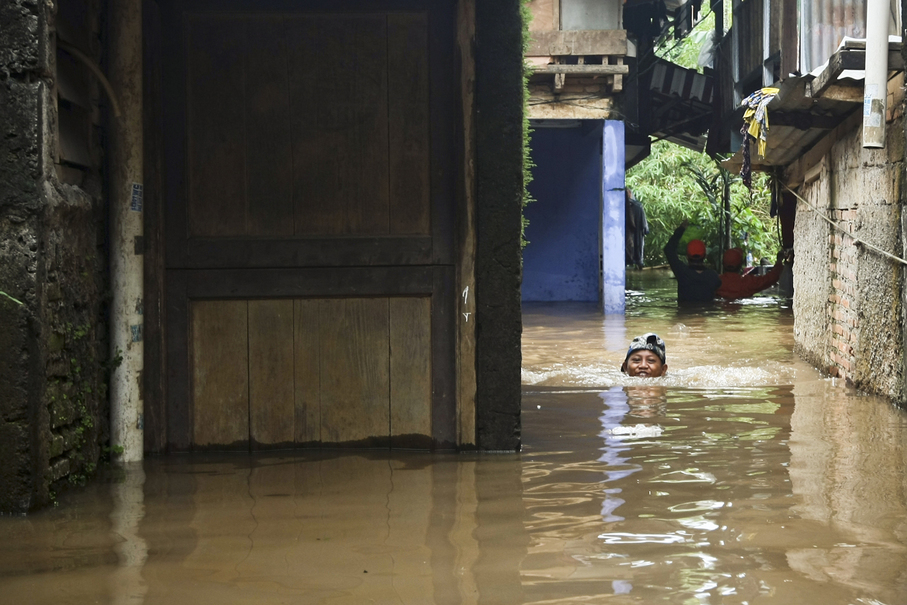 In some areas the water level reached 1.5 meters. (JG Photo/Yudha Baskoro)