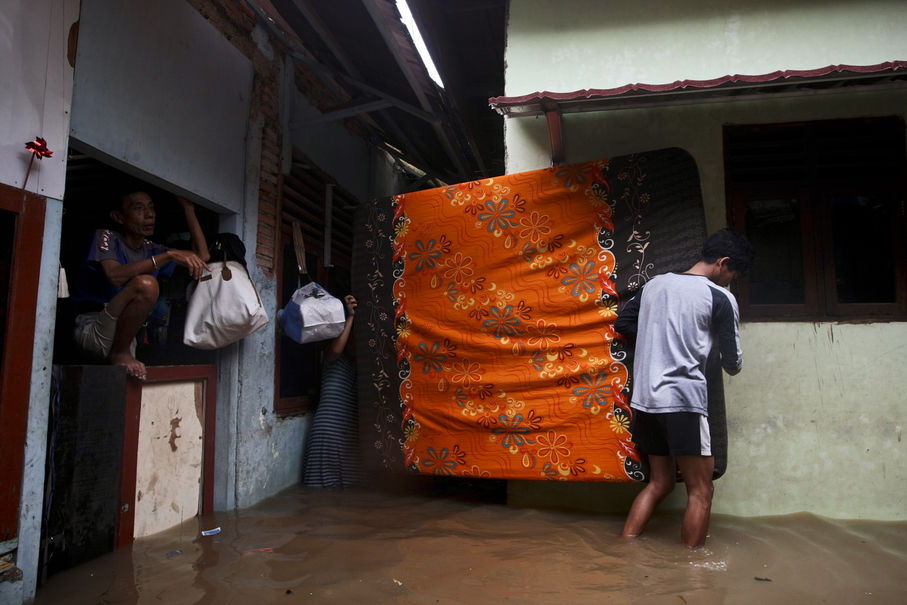 People save their belongings from floodwater. (JG Photo/Yudha Baskoro)