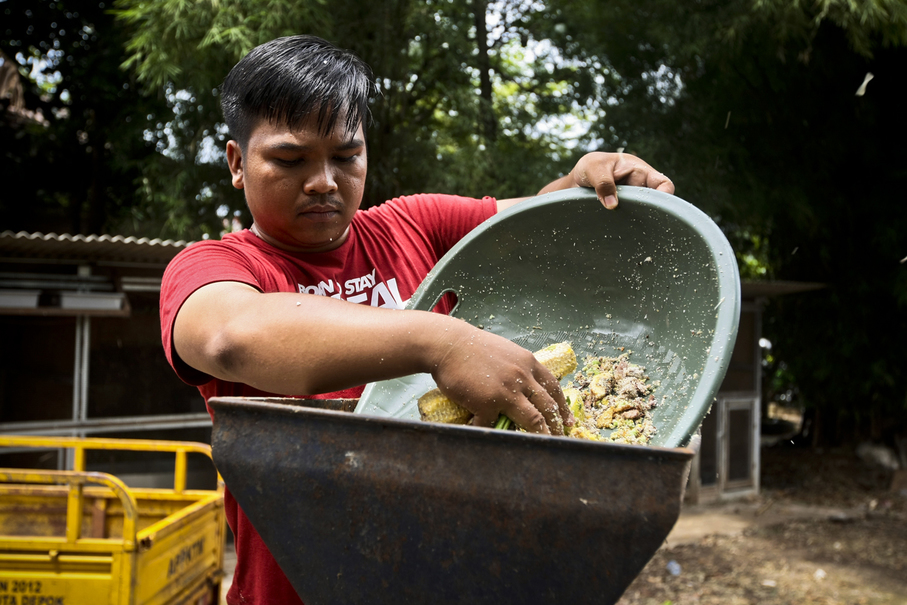 Aminudi processes organic waste to attain an even consistency. (JG Photo/Yudha Baskoro)