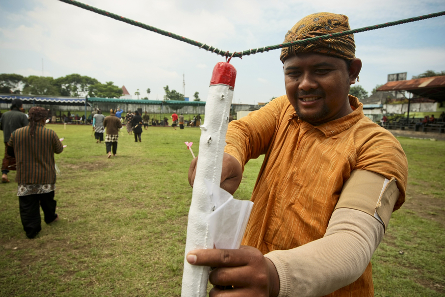 A 'Molo Abang,' the target in jemparingan archery games. The red tip represents the head. (JG Photo/Yudha Baskoro)