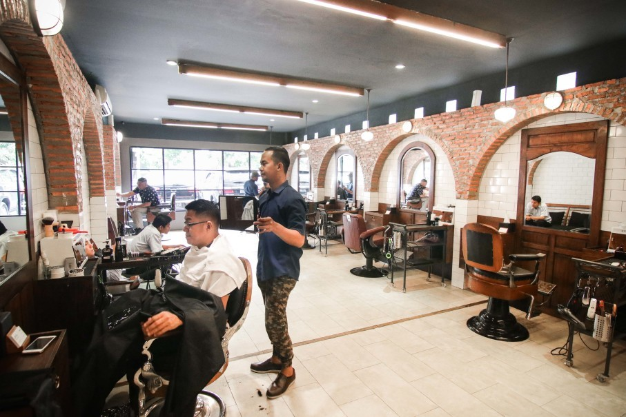 A man gets a trim and a shave at Chief Barbershop Ciragil. (Photo courtesy of Chief Barbershop)