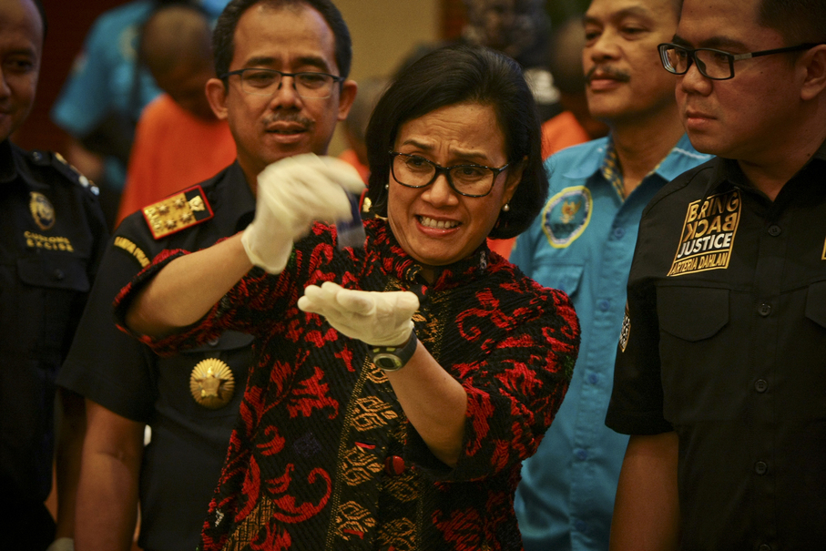 Finance Minister Sri Mulyani examines a batch of the seized crystal meth. (JG Photo/Yudha Baskoro)