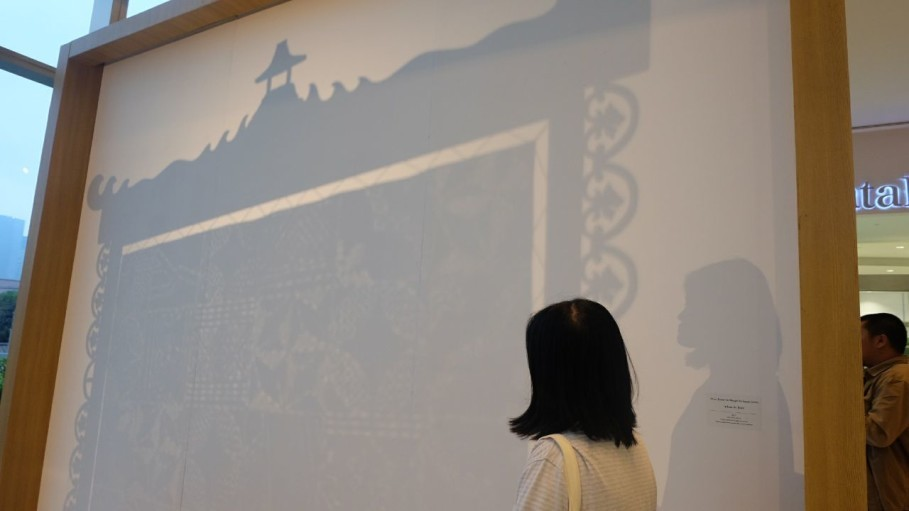 Shadow play created by de Boer's 'Room Screen for Margio bin Suyeb.' (SP Photo/Dina Fitri Annisa)