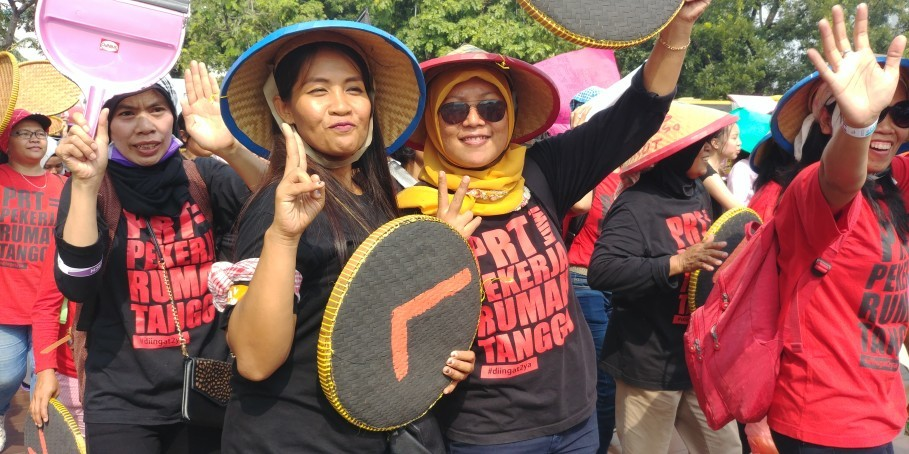 Domestic workers posed for the camera during Women's March Jakarta on Saturday (03/03). (JG Photo/Dhania Sarahtika)