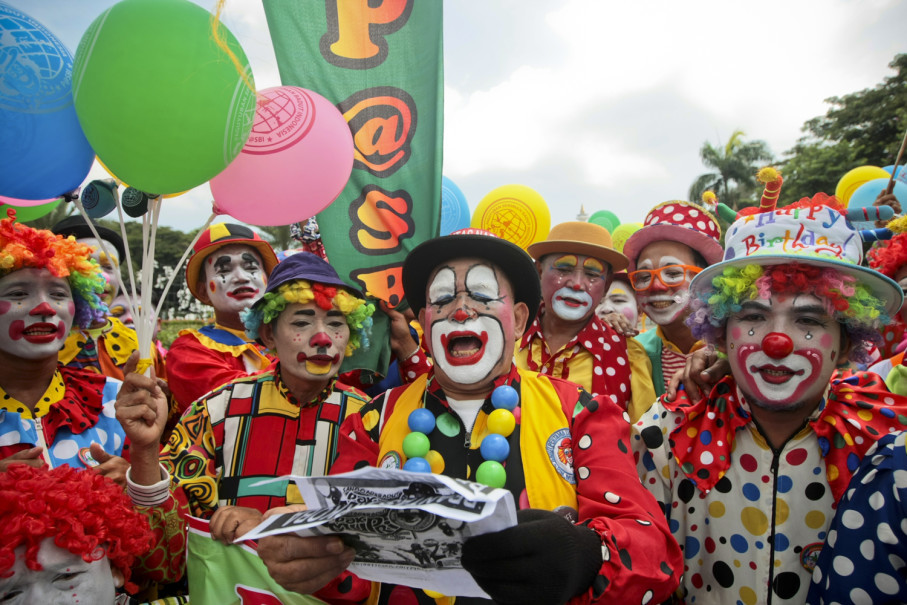 Mupriyanto, center, joins a clown march for peace on Wednesday (14/03) in Jakarta. (JG Photo/Yudha Baskoro)