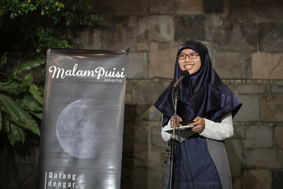 A young poet reads at Malam Puisi in February, held at Kaffeine Kline, a cafe in South Jakarta. (Photo courtesy of Malam Puisi Jakarta)