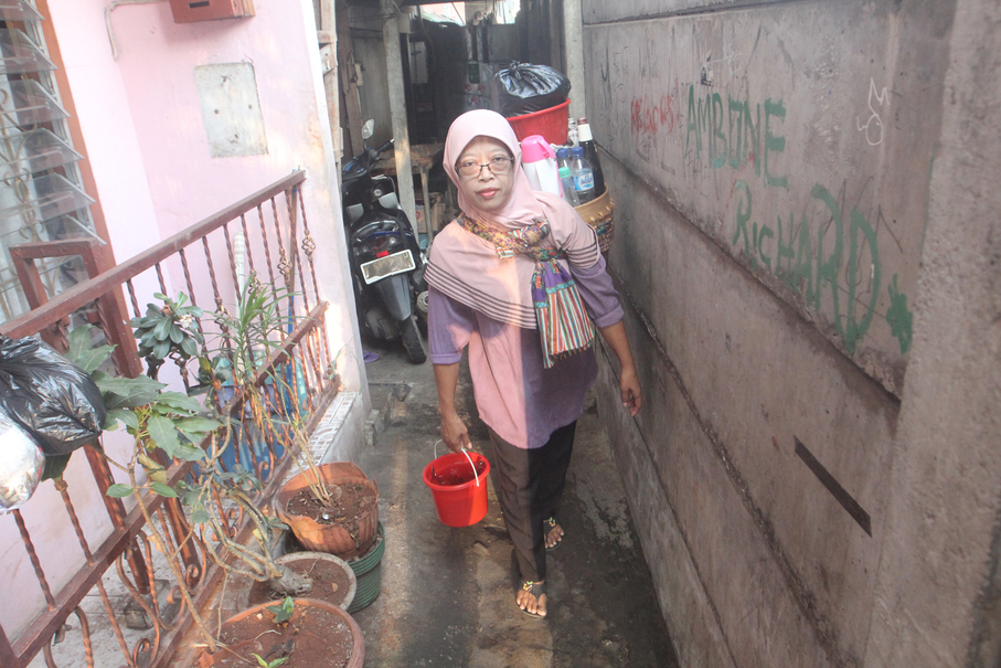 Sri Suryani still tours Jakarta kampungs to sell her jamu even though she now has an online shop on Instagram. (JG Photo/Yudhi Sukma Wijaya)