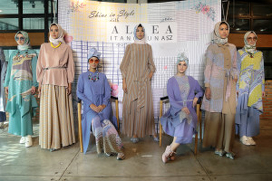 Models showcase the new collection of 'Allea Itang Yunasz.' (Photo courtesy of Tim Muara Bagdja)