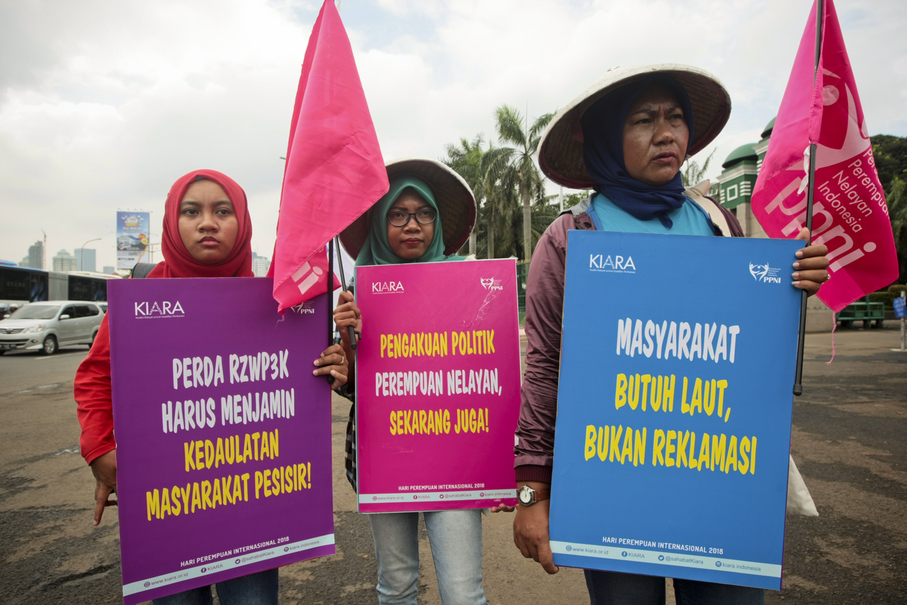 Representatives of the Sisterhood of Indonesian Fisherwomen (PPNI) demand that the government recognizes their profession. (JG Photo/Yudha Baskoro)
