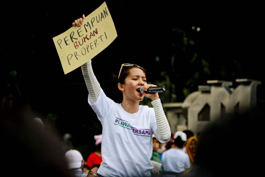 Singer Lala Karmela held up a sign saying 'Women Are Not Property' during her brief gig at Women's March Jakarta 2018 on Saturday (03/03). (JG Photo/Yudha Baskoro)
