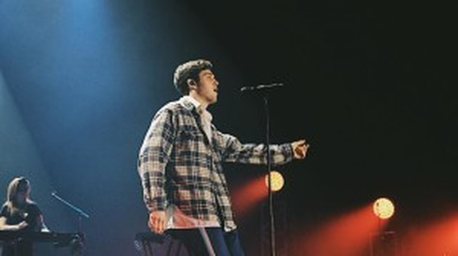 Lauv performs his hit 'Breathe' on stage on Saturday (04/03). (Photo courtesy of Dina Fitri Anisa)