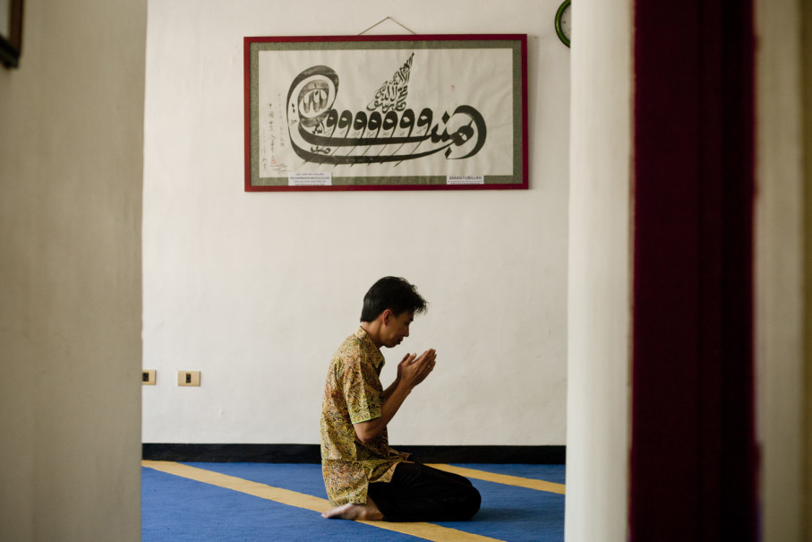 A Chinese-Indonesian Muslim prays at Lautze Mosque last Friday (23/03). (JG Photo/Yudha Baskoro)