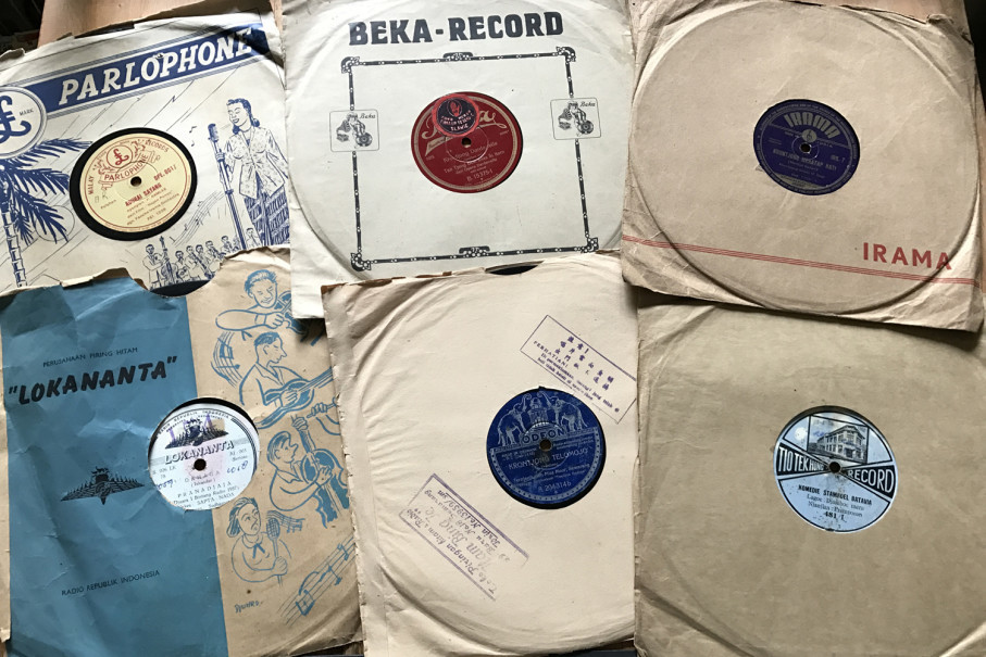 Some of Budi's collection of 78 rpm gramophone records. (Photo courtesy of Budi Warsito)