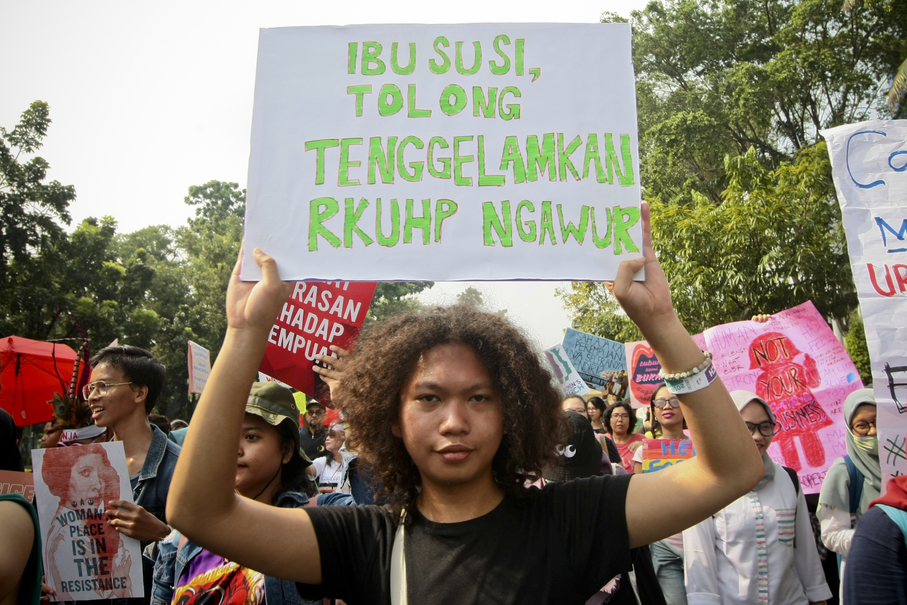 A participant holds up a poster during the march. (JG Photo/Yudha Baskoro)