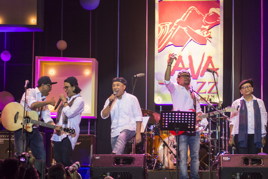 Elek Yo Band, fronted by Finance Minister Sri Mulyani, second from left, performed at Java Jazz Festival in Jakarta on Friday (02/03). (Antara Photo/Aprillio Akbar)