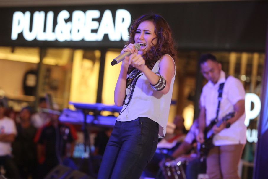 Ayu Ting Ting performed at Lippo Mall Kemang in Jakarta in 2014. (B1 Photo/David Gita Roza)