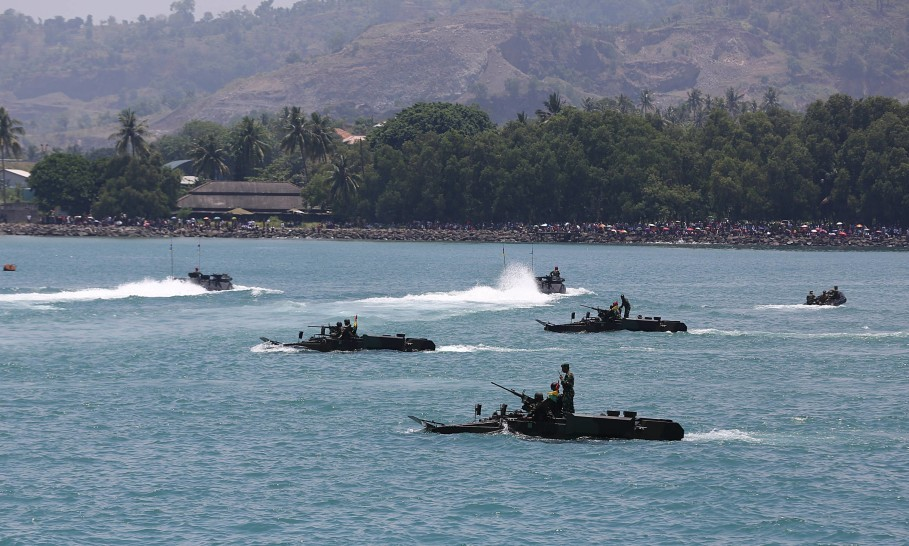 Amphibious combat vehicles in action during the 72nd anniversary of the Indonesian Military in Banten on Nov. 5, 2017. (SP Photo/Joanito De Saojoao.)