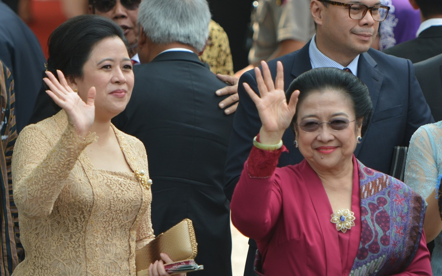 Puan Maharani, left, with Megawati Sukarnoputri (right). (Antara Photo/R. Rekotomo)