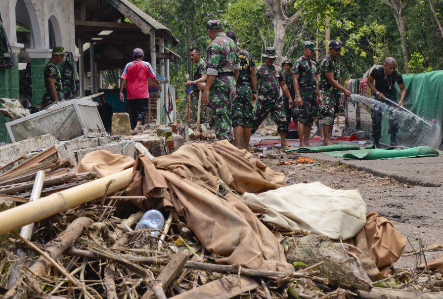 Indonesian soldiers clearing flood debris in East Lombok, West Nusa Tenggara, in this file photo. (Antara Photo/Ahmad Subaidi)