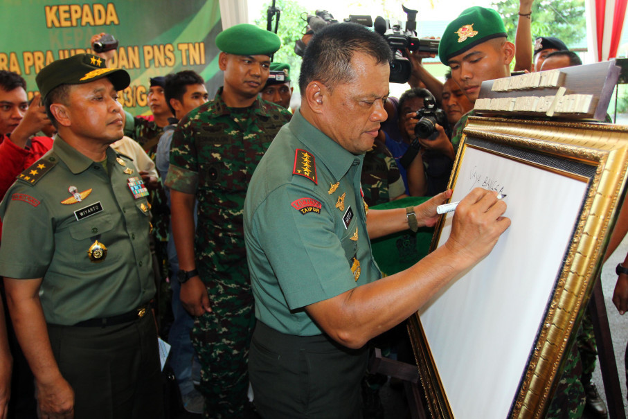 Indonesian Military chief Gen. Gatot Nurmantyo gave a written message during a working visit at army headquarters in Lampung on Tuesday (25/04). (Antara Photo/Tommy Saputra)