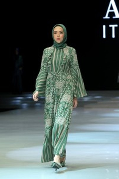 Itang Yunasz's 'Soft City' collection features a modern take of modest wear. (Photo courtesy of Indonesia Fashion Week)