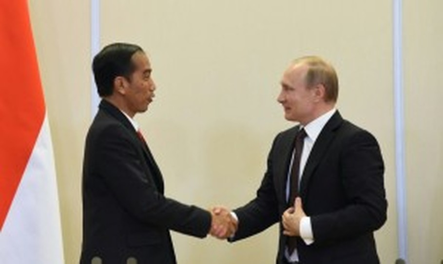 President Joko 'Jokowi' Widodo, left, and Russian President Vladimir Putin. (Photo courtesy of Cabinet Secretariat)
