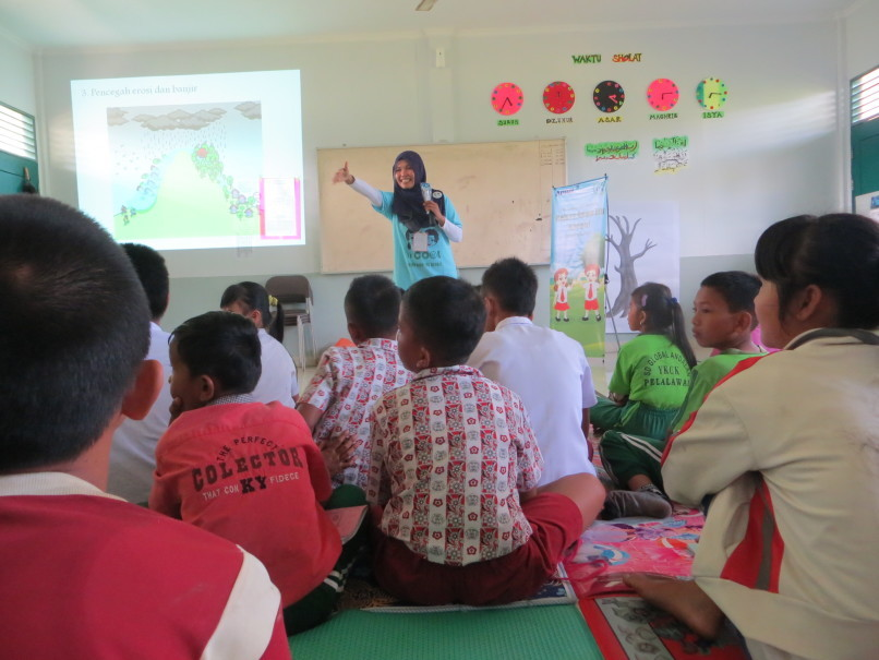The Schools Awareness Program, a key element of APRIL's Fire-Free Village Program, involves increasing elementary and junior high school students' understanding of the importance of fire prevention. (Photo courtesy of APRIL)
