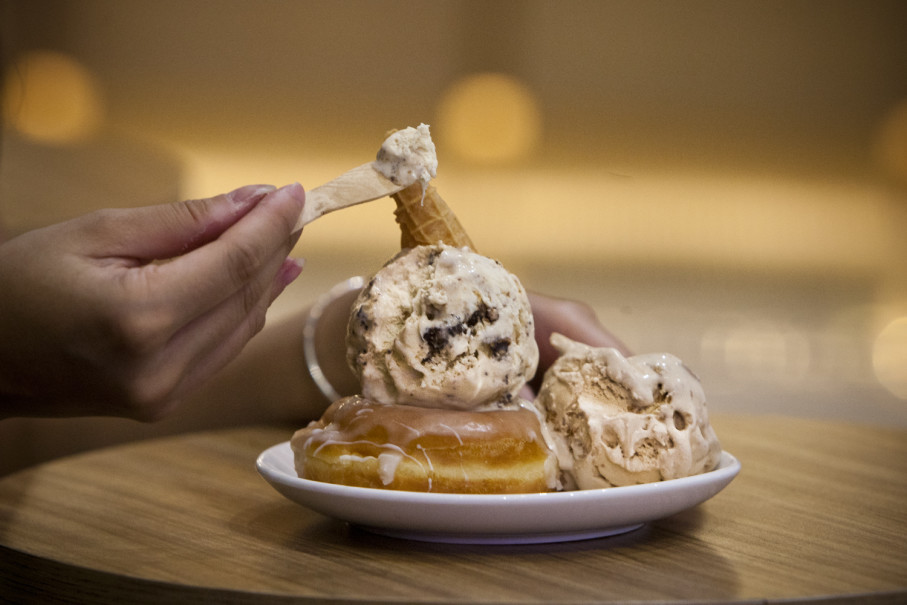 Ting Ting Kacang and Teh Susu Marie ice cream served on a donut at Sore Sore Ice Cream. (JG Photo/Yudha Baskoro)